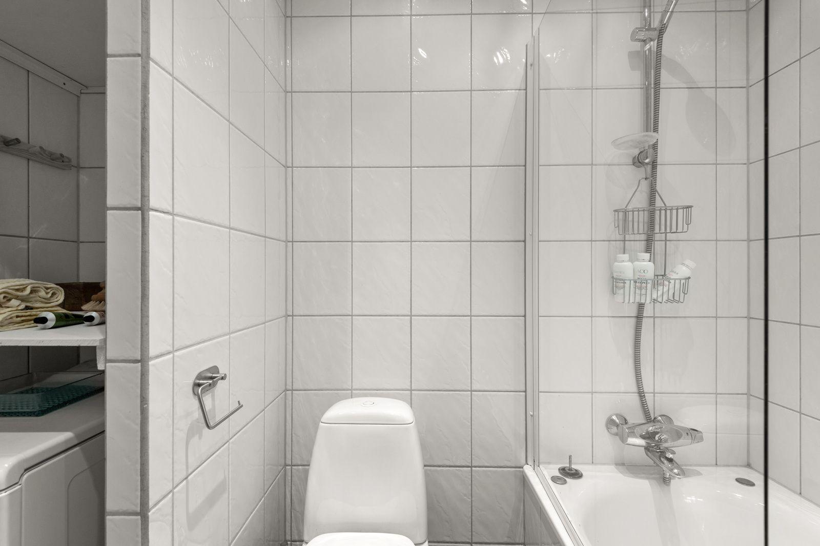 Arups gate 18 B - Badekar med dusjvegg, toalett, servant med skap og speil  -