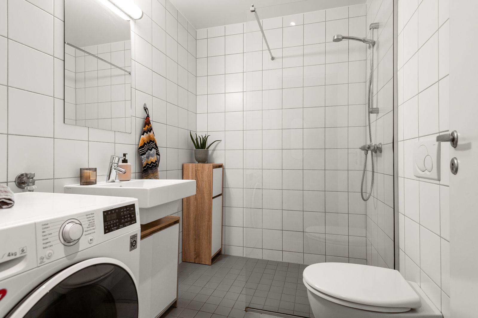 Pilestredet Park 12 A - Pent, moderne bad (2008) med dusjnisje med dusjvegg, vegghengt toalett og ny servant -