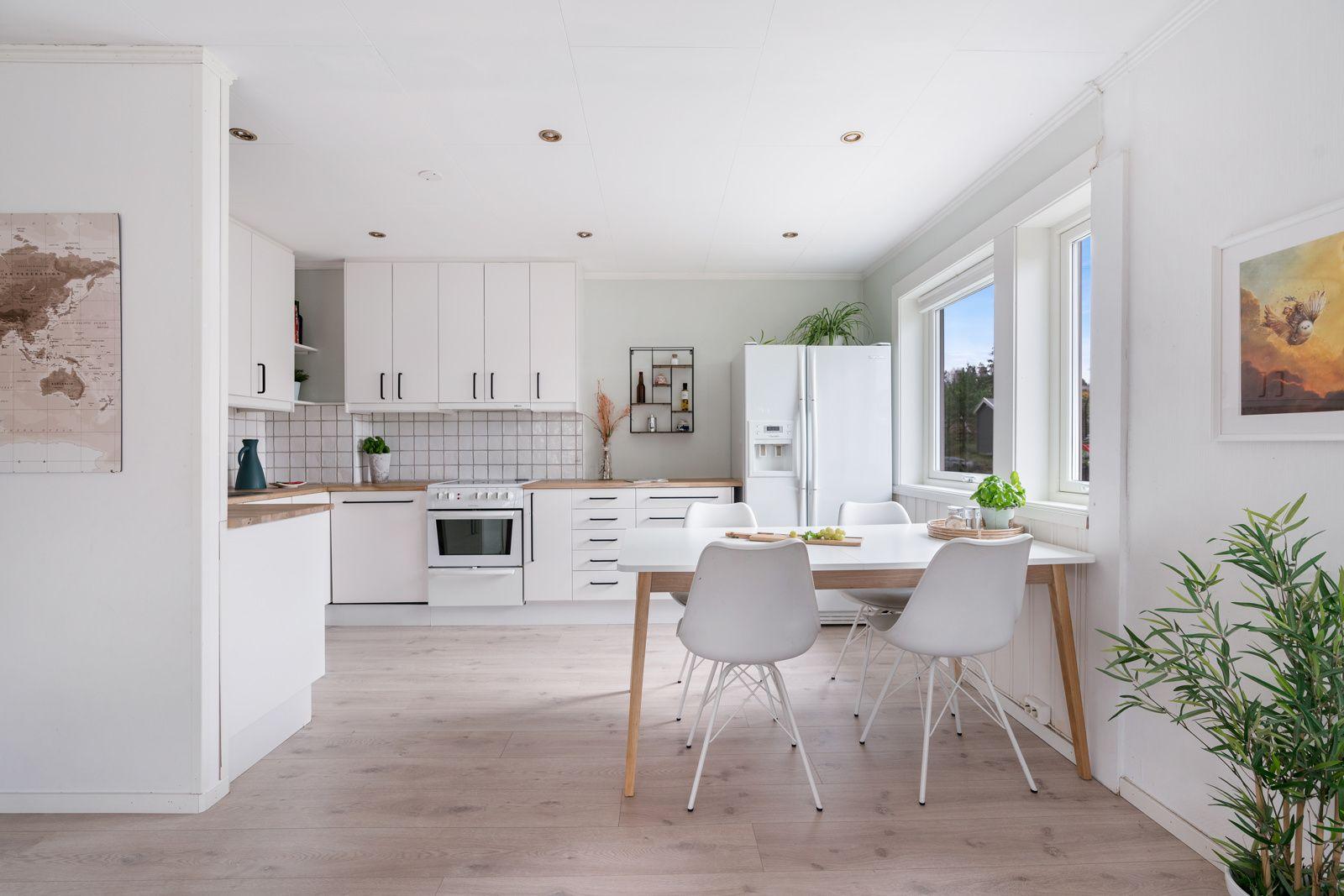 Kreklingstien 5B Kjøkkenet ligger i delvis åpen og sosial løsning med stuen - perfekt for å varte opp gjester! Naturlig plass for spisebord ved vinduet