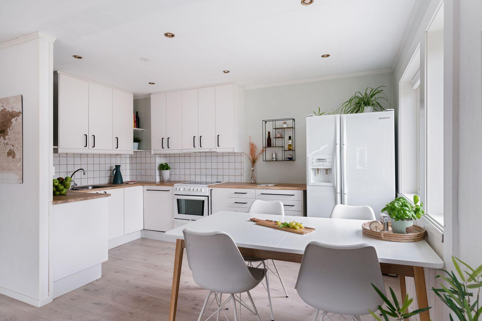 Kreklingstien 5B Kjøkkenet er romslig og har godt med skap- og benkeplass!