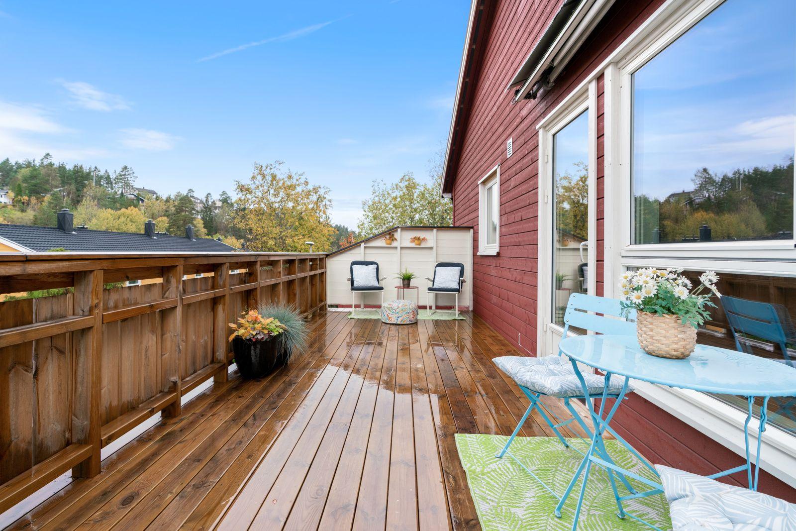 Kreklingstien 5B Leiligheten har en vestvendt og svært solrik terrasse på ca. 17,4 kvm med god plass til sittegrupper, planter og grill