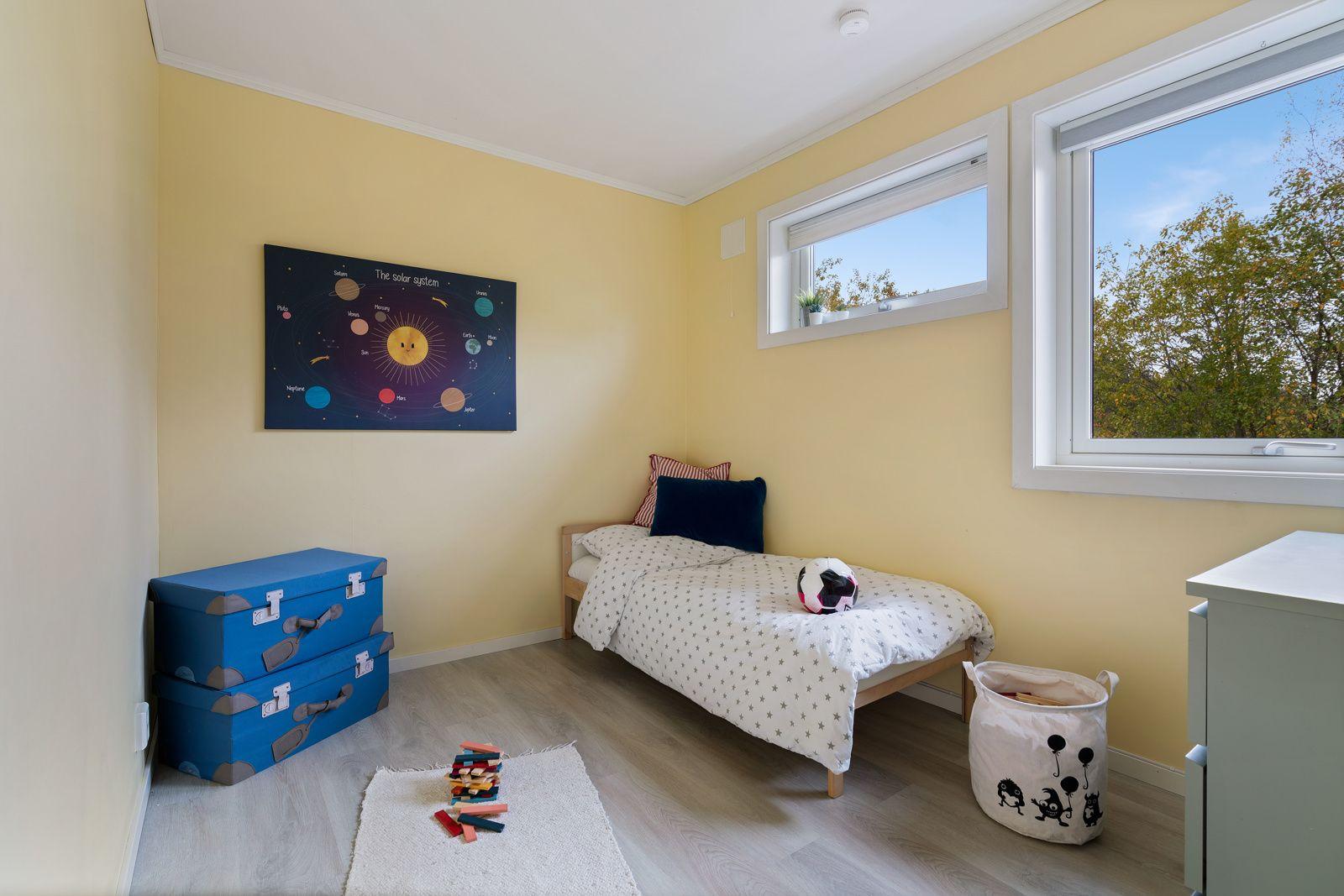 Kreklingstien 5B Soverom 2 og 3 har god plass til seng og en oppbevaringsløsning, og er utmerket som barnerom, gjesterom eller kontor
