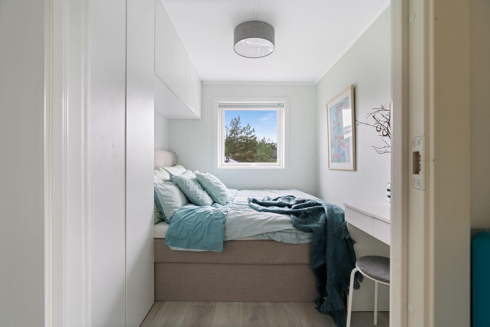 Kreklingstien 5B Hovedsoverommet har god plass til en dobbeltseng og er utstyrt med garderobeskap med gode oppbevaringsmuligheter