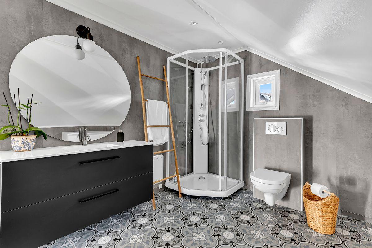 Engelia 47 Baderom på loft fra 2019 med flislagt gulv med gulvvarme.
