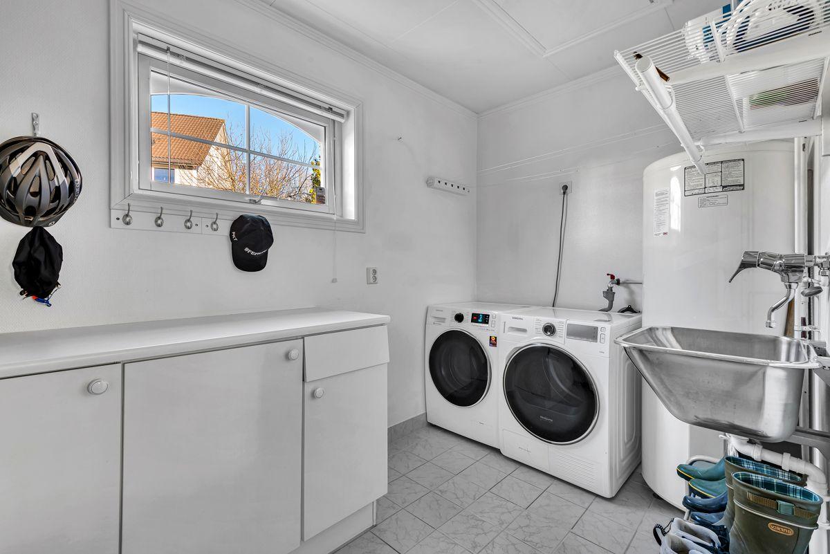 Engelia 47 Praktisk vaskerom med flislagt gulv med gulvvarme.