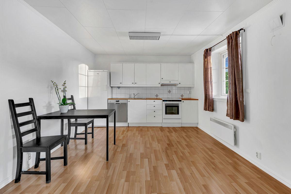 Engelia 47 Kjøkkeninnredning med hvite glatte fronter og benkeplate av laminat.