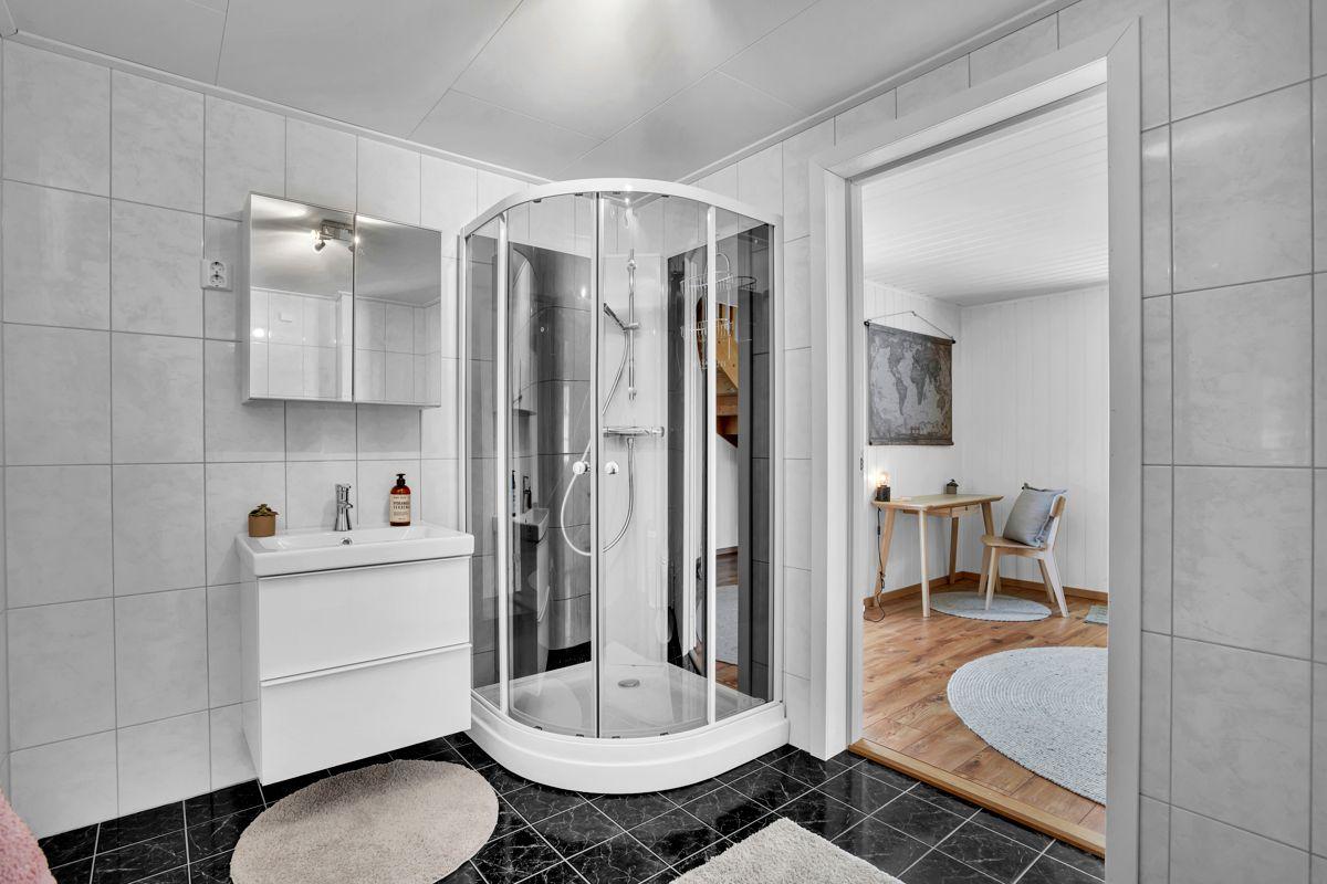 Glennetangen Terrasse 18 Pent flislagt bad med gulvvarme.