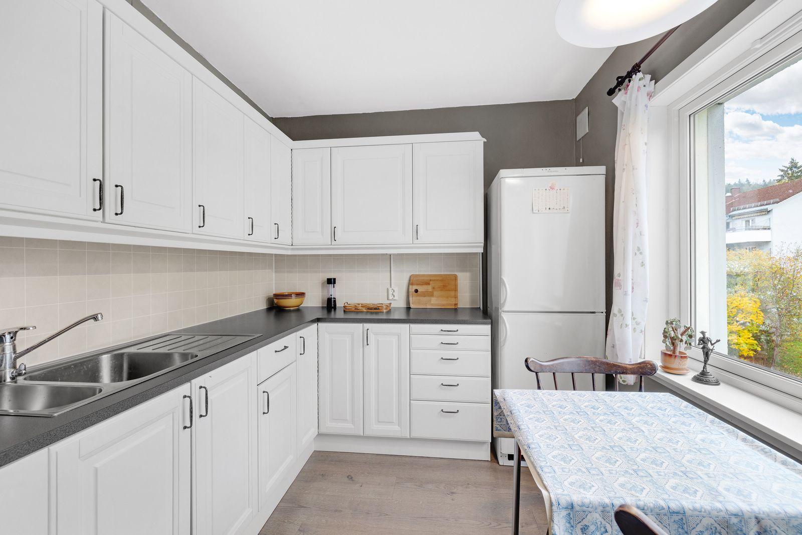 Selvbyggerveien 145 Kjøkken med god plass til kjøkkenbord